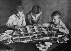 Bambini che fanno un aquilone con la carta moneta, che è praticamente priva di valore in un periodo di iperinflazione post-bellica in Germania, 1923