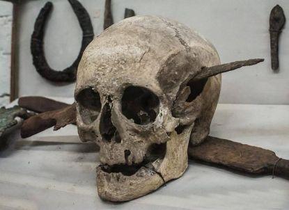 Cranio di un soldato romano morto durante le guerre galliche, 1 ° secolo aC. Museo Rocsen in Argentina