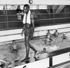 David Isom, 19 anni, ha rotto la linea di colore in una piscina segregata in Florida l'8 giugno 1958, che ha portato i funzionari a chiudere la struttura