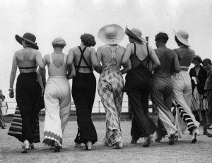 Donne alla moda con pantaloni larghi in spiaggia, anni '30