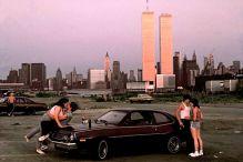 """Downtown Manhattan conle torri del World Trade Center, visto da """"Lover's lane"""" nel New Jersey, 1983. (Foto di Thomas Hoepker)"""