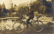 Due su una bici, circa 1920