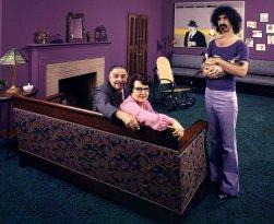 Frank Zappa nella sua casa di Los Angeles con suo padre Francis, sua madre Rosemarie e il suo gatto nel 1970. Fotografia di John Olson