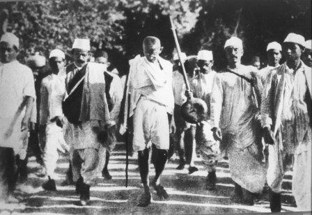 Gandhi nella sua marcia, un atto di disobbedienza civile non violenta contro la Regola Coloniale Britannica