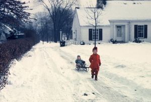 Gioco sulla neve nel vialetto d'accesso, Warren, Ohio, 195
