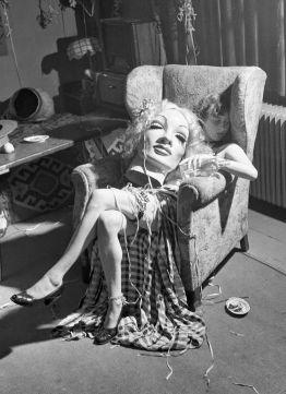 Giovane artista addormentata con la maschera di cartapesta di Marlene Dietrich in grembo, 1950
