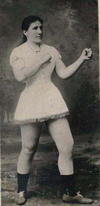 Hattie Stewart (the Bronx, New York) ~ Campionessa mondiale di boxe femminile (1884)