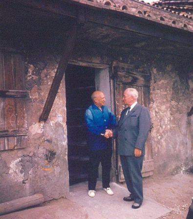 Il presidente Harry Truman stringe la mano a Pablo Picasso, Vallauris, Francia, 1958