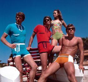 Uomini in pantaloncini degli anni '70