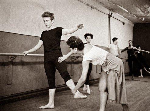 James Dean partecipa ad un corso di danza. New York, 1955. Foto di Dennis Stock
