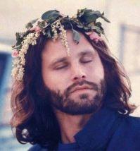 Jim Morrison con una corona di fiori
