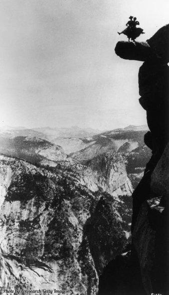 Kitty Tatch e un amico ballano sulla roccia strapiombante di Glacier Point, Yosemite, California, 1890. Fotografia di George Fiske