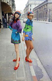 """La moda """"discoteca"""" di Louis Feraud per le strade di Parigi, 1972"""