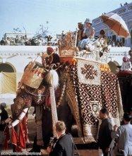 La regina Elisabetta II su un howdah sul dorso di un elefante a Benares, durante il suo tour in India, nel 1961
