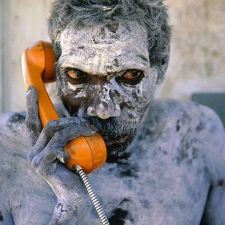 L'aborigeno Tom Noytuna usa per la prima volta il telefono appena installato, intorno al 1980