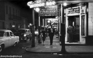 "L'ingresso al jazz club Dixieland ""Famous Door Bar"" nel quartiere francese di New Orleans, circa 1955"