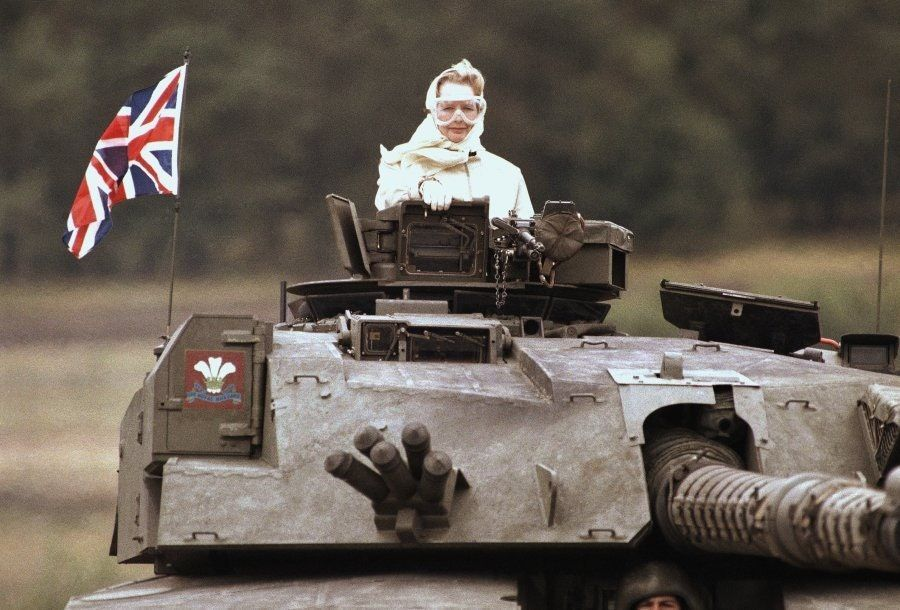 Margaret Thatcher in un Challenger 1 durante una visita alle truppe nella Germania occidentale, (1986)