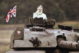 Margaret Thatcher in un Challenger 1 durante una visita alle truppe nella Germania occidentale, (1986)