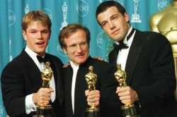 "Matt Damon e Ben Affleck posano con Robin Williams con i loro Oscar vinti per ""Good Will Hunting"""