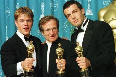 """Matt Damon e Ben Affleck posano con Robin Williams con i loro Oscar vinti per """"Good Will Hunting"""""""