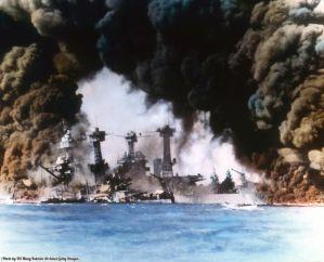 Navi da guerra degli Stati Uniti (USS West Virginia e USS Tennessee) durante l'attacco a Pearl Harbor, Honolulu, Oahu, Hawaii, 7 dicembre 1941