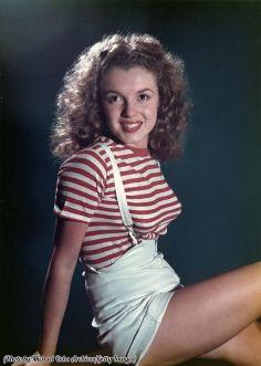 Norma Jeane Baker, conosciuta pubblicamente come Marilyn Monroe, posa per un ritratto nel 1947