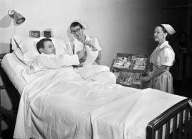 Paziente a cui viene offerta una scelta di sigarette dalle infermiere, 1957