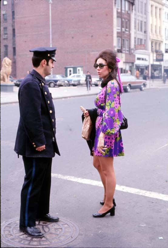 Poliziotto di Boston e signorina all'angolo tra Exeter e Boylston, circa 1970