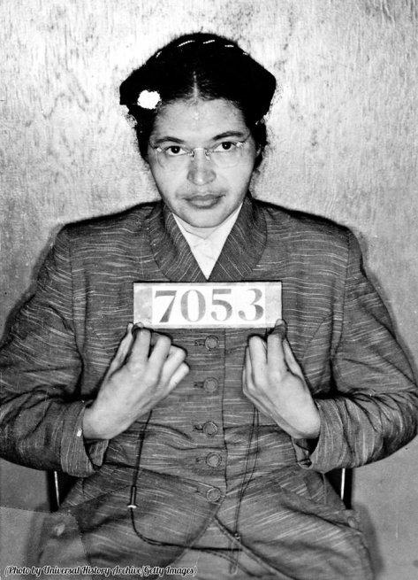Rosa Louise McCauley Parks nella foto segnaletica scattata al momento del suo arresto per aver rifiutato di rinunciare al suo posto su un autobus di Montgomery per darlo a un passeggero bianco, 1 dicembre 1955