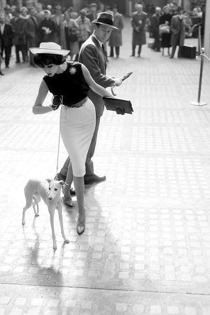 Simone d'Aillencourt alla Penn Station, New York, 1959, foto di William Helburn