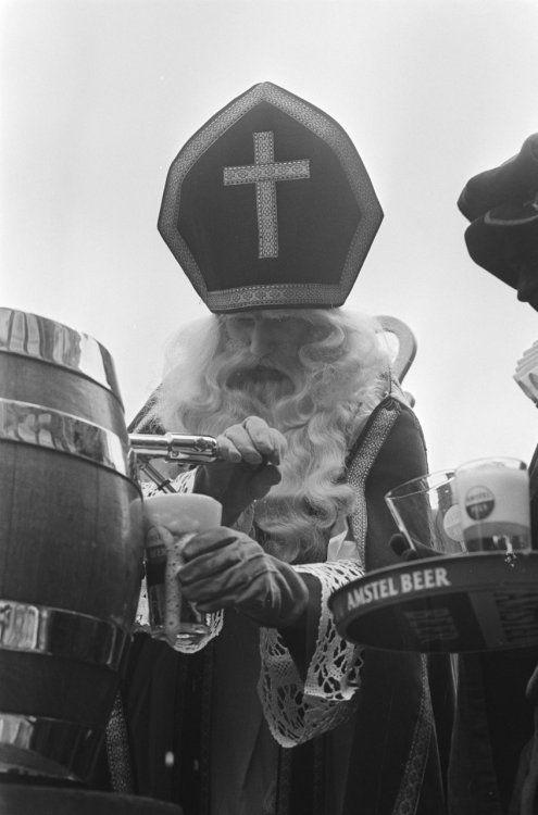 Sint-Nicolaass versa il milionesimo bicchiere di birra al Cafe Hoppe, Amsterdam, Paesi Bassi. 1970