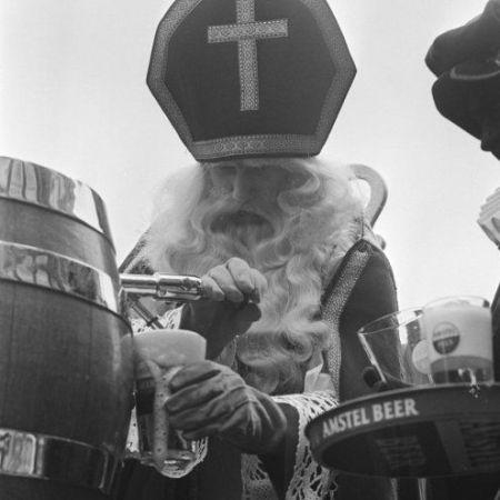 Sinterklaas versa il milionesimo bicchiere di birra al Cafe Hoppe, Amsterdam, Paesi Bassi. 1970
