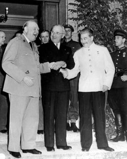 Stretta di mano a tre vie tra Winston Churchill, Harry Truman e Josef Stalin alla Conferenza di Potsdam, 1945