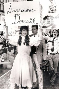"""""""Surrender Donald"""" - Gli attivisti gay si radunano fuori dalla Trump Tower di New York, protestando contro le agevolazioni fiscali della città per gli imprenditori immobiliari di lusso mentre migliaia di persone con AIDS dormono nelle strade. 31 ottobre 1989"""