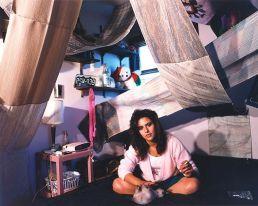 Teenager degli anni '90 nella sua cameretta
