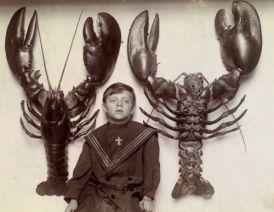 Un bambino tra due aragoste catturate nella costa del New Jersey, nel 1915