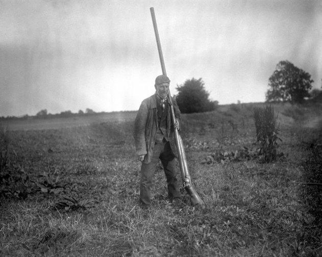 Un uomo con un Punt Gun, un tipo di fucile grande usato per la caccia alle anatre. Poteva uccidere più di 50 uccelli in una volta e fu bandito alla fine del 1860