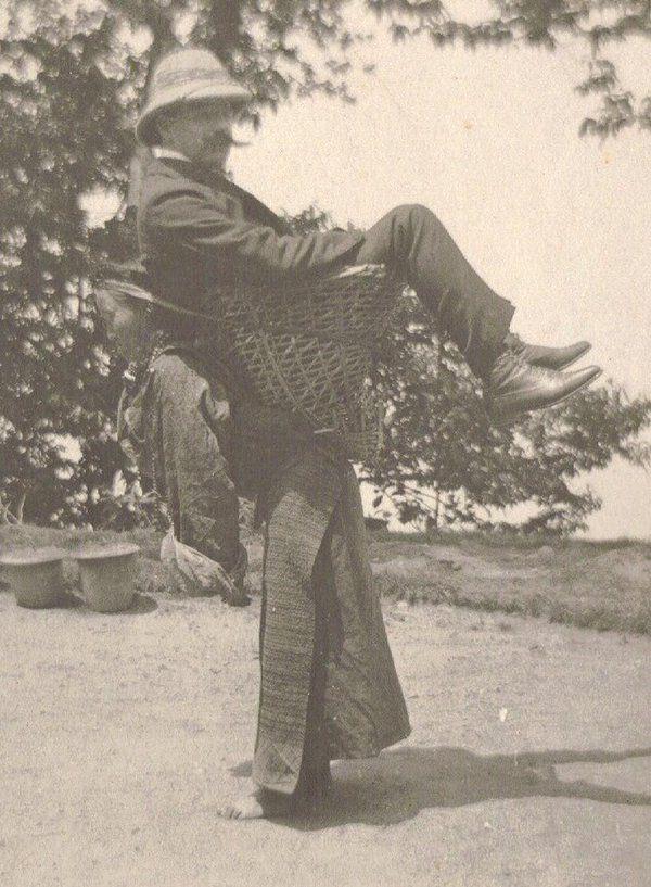 Una donna sikkimese che porta un uomo britannico sulle spalle, nel Bengala Occidentale, in India, intorno al 1900