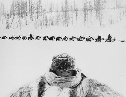 Un'immagine composita di un bambino e una processione funebre a 55 gradi sotto zero, Evenkia, Russia, anni '60. Fotografia di Gennady Koposov