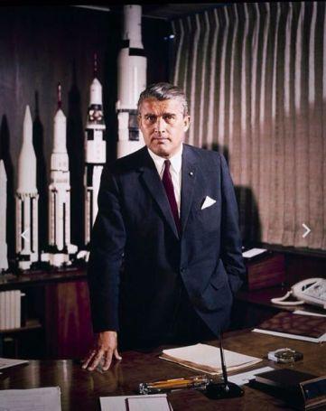 Wernher von Braun alla sua scrivania presso il Marshall Space Flight Center nel maggio 1964