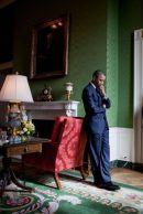 Il presidente Barack Obama aspetta nella Green Room prima di essere presentato al Summit della Casa Bianca sui Community Colleges, il 5 ottobre 2010
