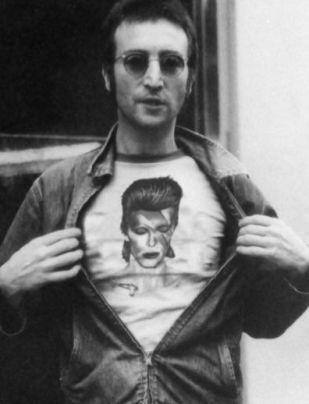 John Lennon che indossa una maglietta con David Bowie