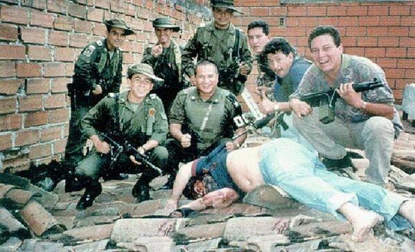 La polizia colombiana posa con il corpo di Pablo Escobar