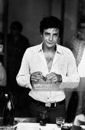 L'attore e doppiatore italiano Giancarlo Giannini sbuccia una fetta di salame. Brescello, anni '70