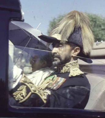 L'imperatore Haile Selassie e l'imperatrice Menen in viaggio per l'apertura del Parlamento durante le celebrazioni del Giubileo d'argento del 1955