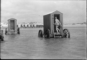 Macchina da bagno, in spiaggia ... Le famiglie li affittano e pagano un uomo con un cavallo per trascinarle in acqua. Le donne potevano così entrare nell'acqua senza dover attraversare la spiaggia in costume da bagno. 1870-1928