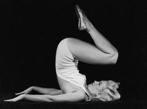 Marilyn Monroe che fa Yoga, 1948