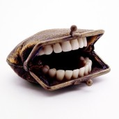 Portamonete coi denti