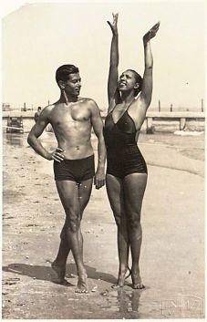 Primi anni '30 - Josephine Baker e il leggendario ballerino russo Serge Lifar, sulla spiaggia, probabilmente da qualche parte in Francia