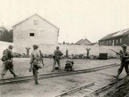 Soldati americani che uccidono truppe SS nel cortile del campo di concentramento di Dachau